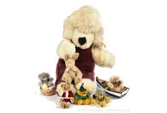 Miniature teddy bears and a Steiff plush dog: 6 x miniature bears,
